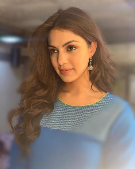 rhea chakraborty profile pictures